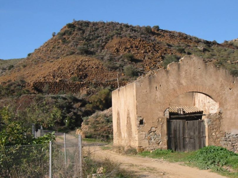 """Foto de Juan Antonio Soler Jódar. Estación de carga de la mina """"Higuera"""" y el cocherón de la locomotora Santa Catalina"""