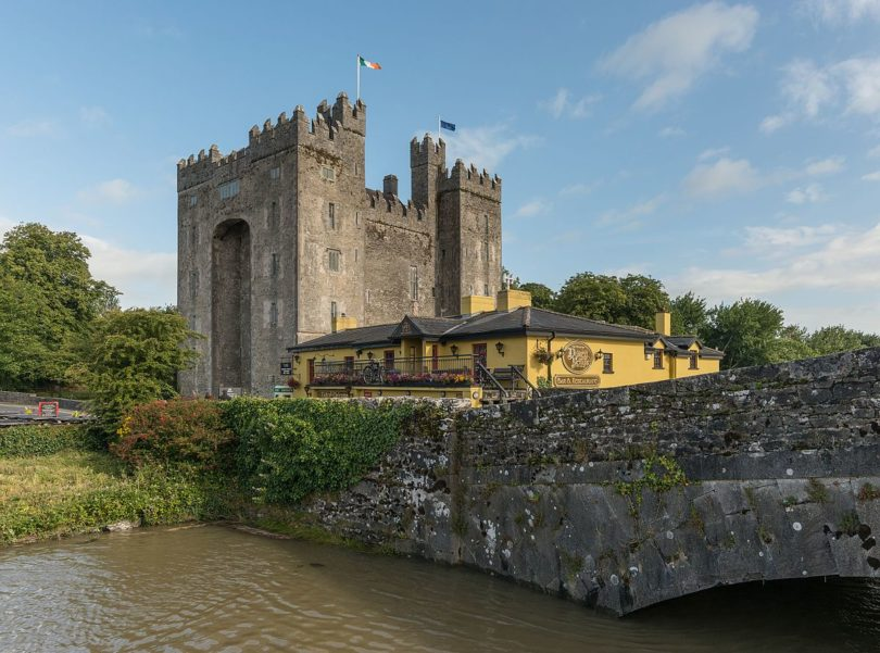 IRLANDA Bunratty_Castle_and_Durty_Nellys,_Southeast_view_20150803_1